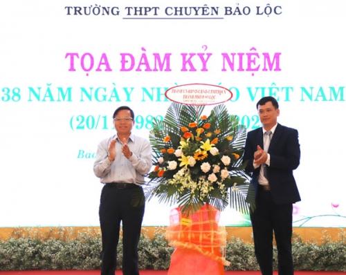 5 nhà giáo Trường THPT Chuyên Bảo Lộc nhận Kỷ niệm chương ''Vì sự nghiệp giáo dục''